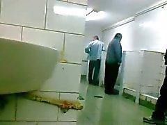 Oudere zich man laat aftrekken in pijpen en el baño de Openbaar