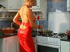 Saksan MILF munaa keittiössä
