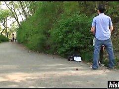 Mädchen in Strümpfen gefällt einem versauten Kerl