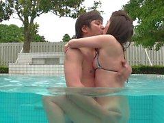 Aasialainen teini creamed at pool