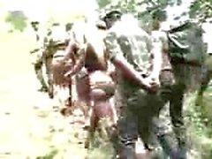 Verdammt Armee für ein Große Brüste Transen
