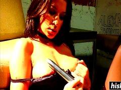 Ann Marie Rios juega con un juguete