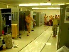 Dell'esercito I ragazzi Avere divertimento in thongs e alcune nuda