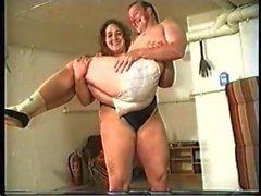 mulher forte levanta e lutar homem gordo