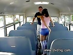 Pequeno impertinente do Nympho Ashley Blue foge A parte traseira dos ônibus para uma Threesome Afternoon com o professor e Bus Driver e suga seus galos