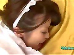 Unga asiatiska Maid får hennes håriga fitta Fucked Creampie på sängen i The Roo