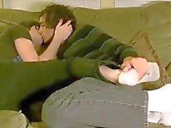 Les gais aiment se l'embrasser et le câliner
