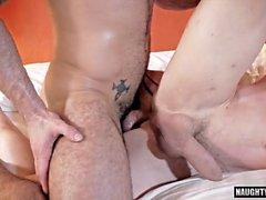 Tatuering gay dubbel penetration och creampie
