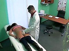 El paciente morenaza siendo masajeó y acarició