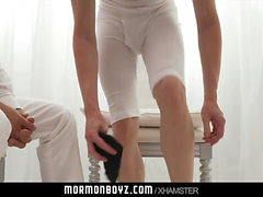 MormonBoyz-Un sacerdote anciano se masturba con un nervioso joven Mormonboy