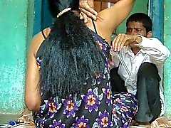 Flicka armhålor hår rakat av barberare .