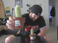 Mannen Djupt halsar Kaktus