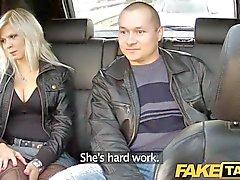 FakeTaxi большой сиськи блондинку ебет на заднем сидении