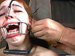Acima amarrado gal recebe da língua e a punição face