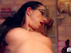 Bums Buero - German MILF boss puts her employee to the test