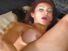 Luciana wird mit einem DICKER Dildo spielte