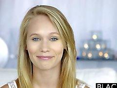 Verdunkelt blondes jugendlich Dakota Jakobus erste Erfahrung mit Grosse schwarzen Hahn