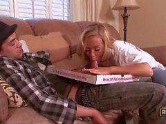 Nicole Aniston agerar