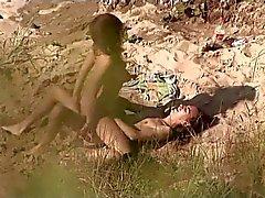 VOYEUR TEL ROSE sur la plage publique . Chaud jeune couple en sexuels