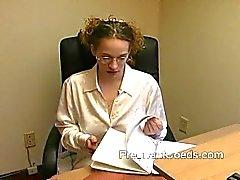 A mãe Lactação de seios grandes no local de trabalho