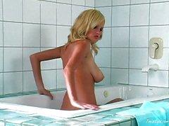 Poussin de Hot blonde de prendre un bain