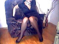 esposa em meias de nylon e sapatos de salto alto que cruzam as pernas