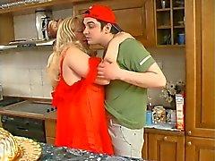 Mujeres Grandes y Hermosas Rubio conseguir metido en la cocina