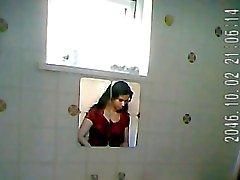 Indische Dame bathroom Spion