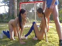 Ménage maravilhosos com o dois adolescentes desportiva