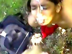 Bastante indio Consigue Una facial de Aire libre de POV