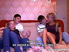 Gençler musluklar ve pussies ısınıyor Swinger seks