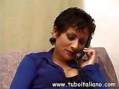 Italienska brunett bjuder över en kompis så att hon kan äta kuk