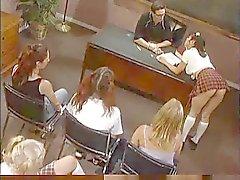 As meninas impertinentes em uma sala de aula Hot F70 ...