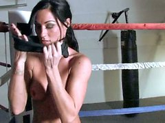 Starri Knight masturbates in the ring