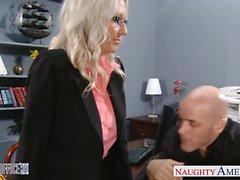 Reizvolle blonde Emma Starr wird im Büro festgenagelt