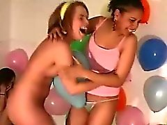 Aficionados bisexuales lindos del desempeñan atractivo de juegos del atreverse