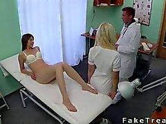 Врач трахает свою дикую пациенту на постель