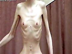 Pervertido bebé huesuda flaca con la presentación del la anorexia
