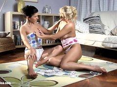 Aloha ve Rhianna sapphic üzerinde bir yapay penis ile lezbiyen eğlenmek
