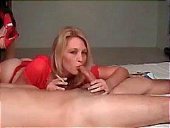 Hete Blonde Cougar In Heels Roken BJ