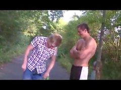 Обезьян Boy Полоски в публичных Dare