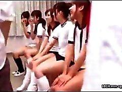 Unga vilda asiatiska skolflickor är som djur i värmen och behöver knulla