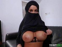 Une au Arabe voilée nous montre seins refaits en POV SES Compétences