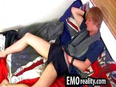 Junger und die treasing emo teen in in sein Zimmer Stripping