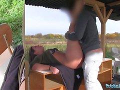 Julkinen agentti Seksikäs opiskelija Vany Ully luiskahteli ulkona