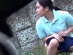 Chaude Asian Babes pissing en public