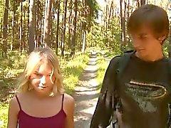 Silent kleine - titted meisje neukt in het bos