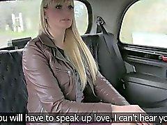Blonda cougar suger och fucks av ett taxi