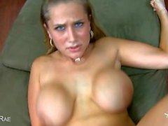 Busty Alanah Rae suce cock en POV