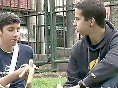 Jeunes gais dates de courir à la maison d'une rencontre torride